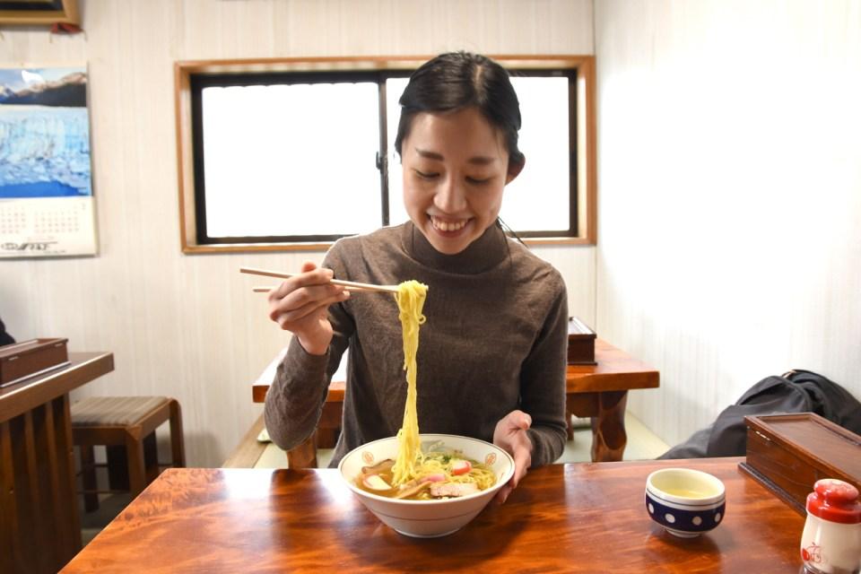 中華そばを食べる杉田さん