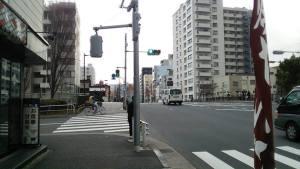 四つ目の信号は、橋の手前、右手に伊勢屋という和菓子やを左折