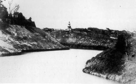 古写真:牛ヶ淵方面から見た九段坂。確かに灯台っぽい常燈明台。