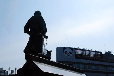 東京湾を向く西郷隆盛像