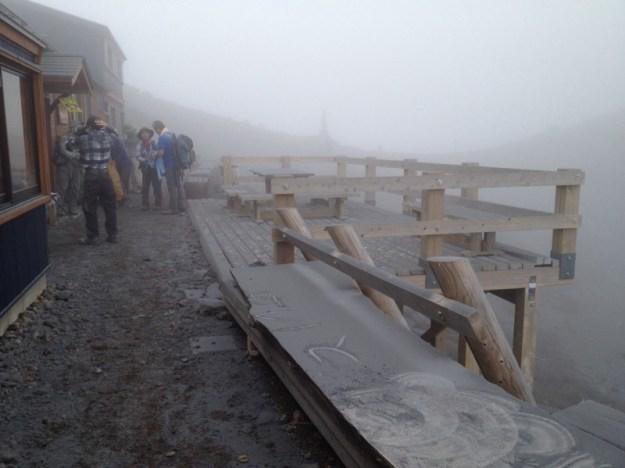 飛騨頂上五の池小屋にいた友人撮影(14:33)。強制下山をするところ、けが人を収容し現在もこちらにとどまっているのだそう。がんばれ!