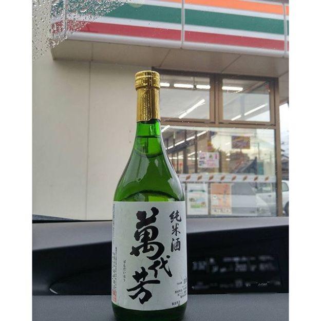 【Instagram】会津美里町の白井酒造さんは、蔵での直販をされていません。確かに蔵の目の前まで伺ったのに、痛恨の撮影し忘れ…(涙)おまけに、地元の案内所の方にお酒の購入先を教えていただいたのに、そちらはお休み… せめて、と、最後の望みを託して帰り道のコンビニに立ち寄ったところ、純米酒を発見!購入に至ったのでした。 #福島の酒  #会津美里町