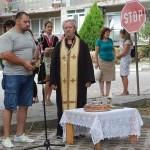 otec Dimityr otsluji liturgiq za realizaciq na proekta