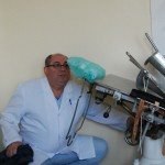 Доктор Чолев показва старото леглото за операции от 1957 година