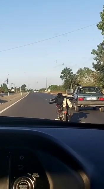 Motosikletini yatarak kullanan sürücü ölüme meydan okudu