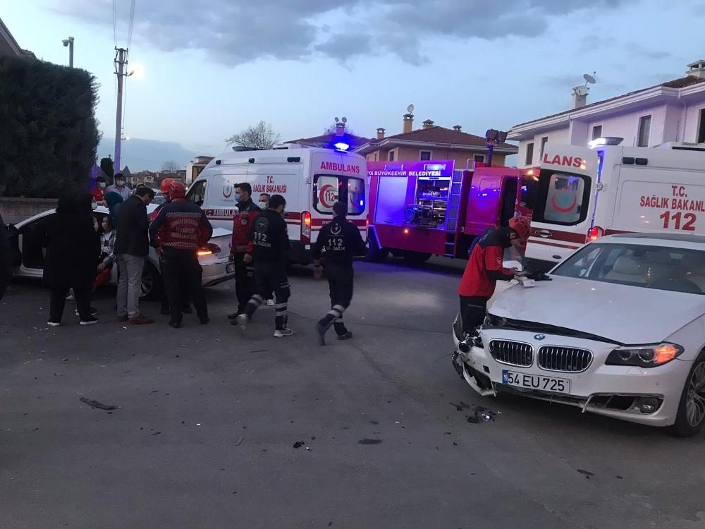 İki lüks otomobil kafa kafaya çarpıştı: 5 yaralı