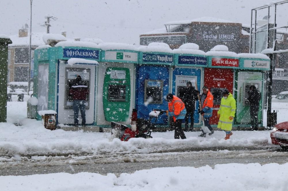 Serdivan Belediyesi bin 835 sokakta karla mücadelesini sürdürüyor