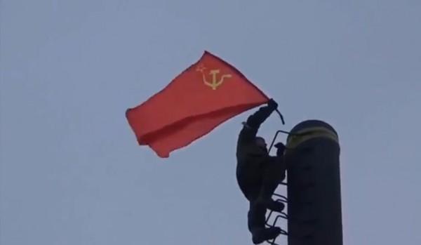 """Un combattente dei """"Fantasmi"""" issa la bandiera sovietica sulla sacca di Debalchevo"""