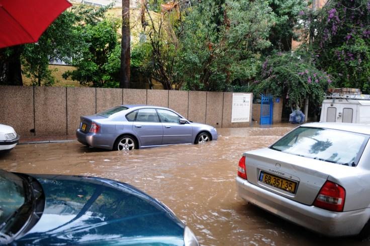 מים זורמים ברחוב