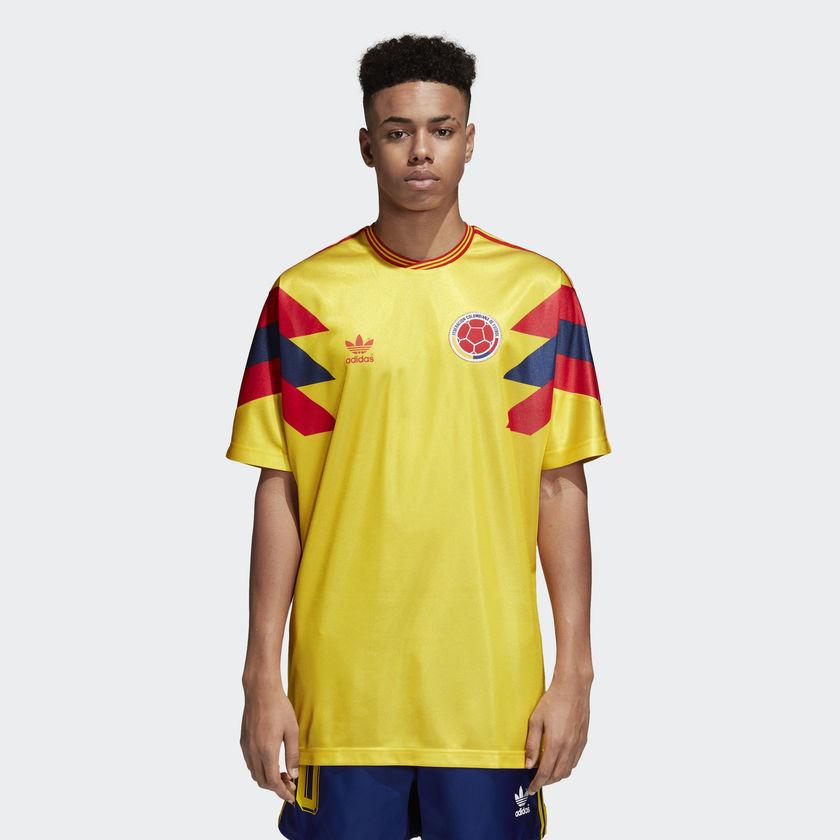 759868425da Model: adidas Originals Colombia trøje. Tilgængelig hos: adidas