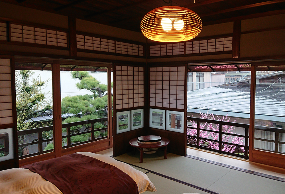 松風二階寝室から庭を望む