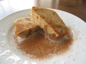 石垣島のカフェ&カレー「トラベラーズカフェ朔」のリンゴとアーモンドのケーキ
