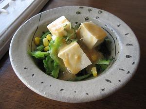 石垣島のカフェ&カレー「トラベラーズカフェ朔」のゴーヤ、ワカメ、豆腐のサラダ