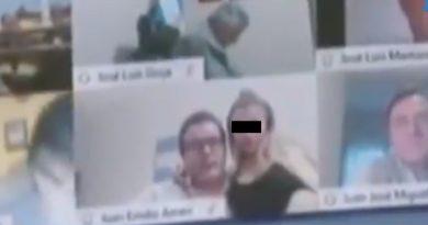 Suspenden a diputado por besar el seno de una mujer en sesión virtual