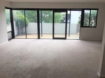 31634-livingroomandcourtyard