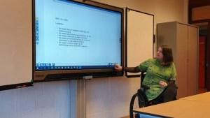 lesgeven vanuit rolstoel met smartboard