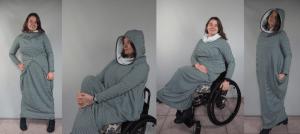 Jacqueline draagt een gestreepte lange jurk met capuchon: zowel zittend in rolstoel als staand