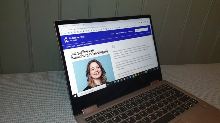 foto van een laptop met de webpagina van de koffer van Rick geopend op het profiel van Jacqueline