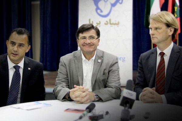 از راست: کریس الکساندر  وزیر امور مهاجرت و شهروندی کانادا، کاستاس منگاکیس نماینده مردم ریچموندهیل     و مایکل پارسا  کاندیدای رسمی حزب محافظه کار کانادا از منطقه ریچموندهیل