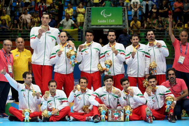 تیم والیبال نشسته ایران مدال طلای خود را به بهمن گلبارنژاد اعطا کرد.