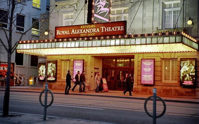 تئاتر الگین، تئاتر پنتیجیز، سونی سنتر، روی تامسون هال، رویال الکساندرا تیاتر و...