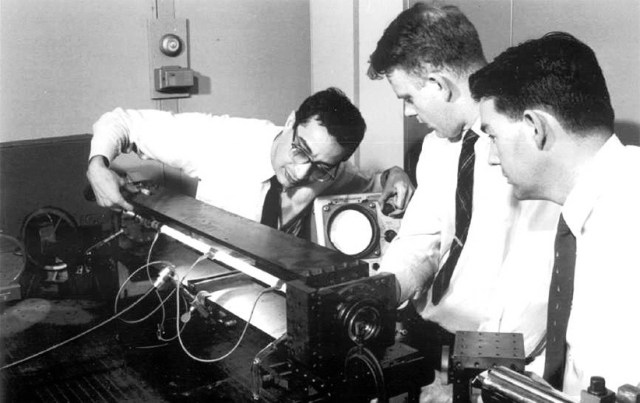دکتر علی جوان (سمت چپ) در حال آزمایش با دستگاه تولید گاز هلیوم ـ نئون لیزر