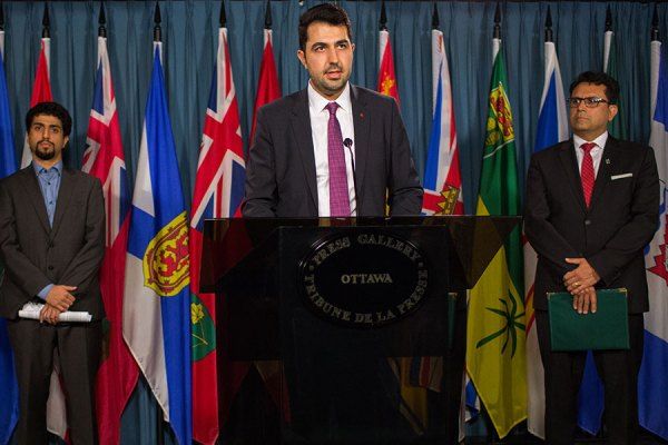 از راست: مجید جوهری نماینده ریچموندهیل در پارلمان کانادا، بیژن احمدی رئیس هیئت مدیره کنگره ایرانیان کانادا و پویان طبسی نژاد مدیر کمیته سیاستگذاری کنگره