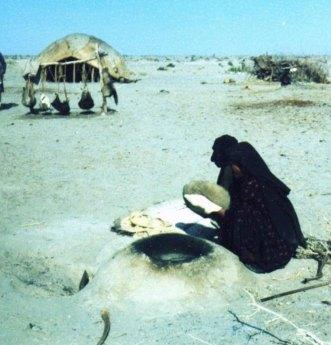 زن های بلوچ در حال پختن نان