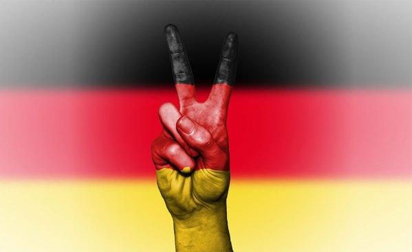 انگلستان در سال ۱۸۸۷ برای حمایت از اقتصادش   و جلوگیری از ورود کالاهای تقلبی که اکثرا در آلمان تهیه می شدند، قانون Merchandise Marks Act را   تصویب کرد.