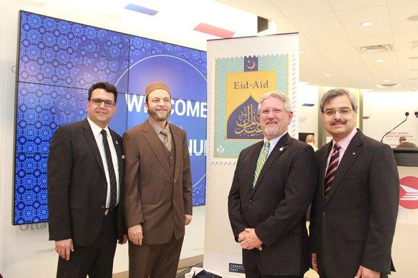 رونمایی از تمبر عید با حضور   (از راست): دیپک چوپرا پرزیدنت کانادا پست،  دیو بارو شهردار ریچموندهیل، دکتر حمید اسلیمی از کامیونیتی مسلمانان،  و مجید جوهری نماینده ریچموندهیل در پارلمان کانادا