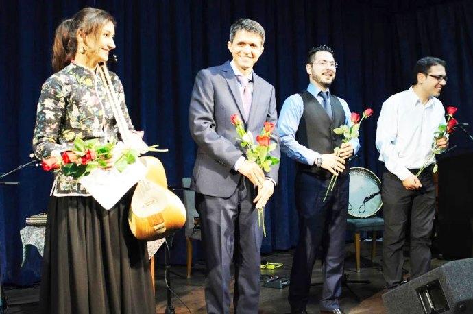 از راست:  آراز نایب پاشایی (تمبک و دف) ، علیرضا فیروزی (ویلن)،   پیمان شکراللهی (سنتور)  و سمانه زعفرانی (تار)