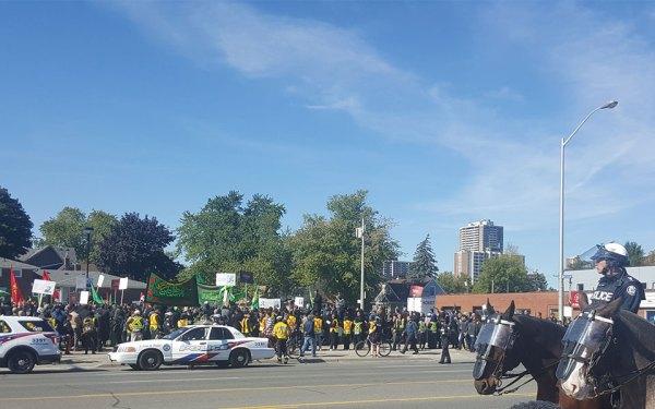 بسیاری از داوطلبان با لباس Staff  و پلیس تورنتو بر آن نظارت می کردند.