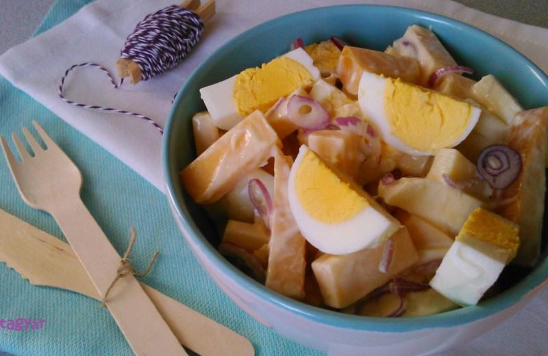 Almás sajtsaláta háromféle sajttal, tojással