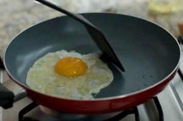 Arrume as bordas do ovo com a espátula
