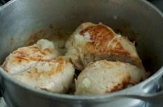 Frite o frango e depois acrescente a cebola