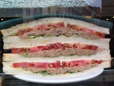 1- Atum, tomate, alface e picles