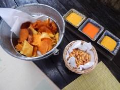 Tira gosto com chips de camote, milho frito e ajís