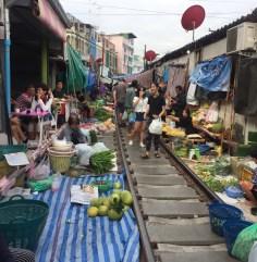 Feira na linha do trem em Maeklong