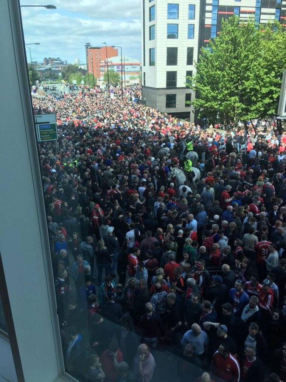 Thousands of fans stream out of Old Trafford after 'bomb' found - Simon Williams