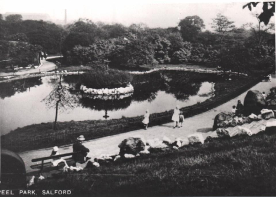 Families enjoy the lake at Peel Park in the 1930s © Salford.Photos