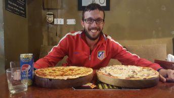 Miralo al pibe feliz, por las pizzas gigantes