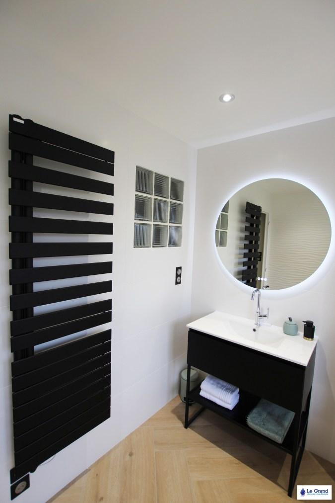 salle-de-bains-rennes-baingoire-ilot-faience-vagues-mat-meuble-indutriel-sèche-serviettes-acova-noir-carrelage-baton-rompu (3)