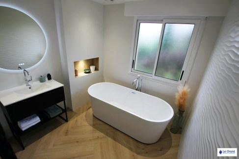 salle-de-bains-rennes-baingoire-ilot-faience-vagues-mat-meuble-indutriel-sèche-serviettes-acova-noir-carrelage-baton-rompu (4)