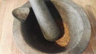Mortero de granito moliendo comino