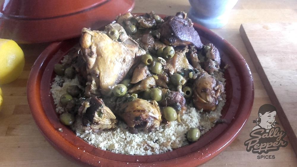 Sally Pepper-Spices-Tienda-de-Especias-Madrid-Receta-TAGINE-DE-POLLO-CON-LIMÓN EN CONSERVA-Y-ACEITUNAS-cocina-1000 x 562