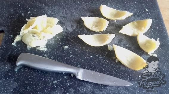 Retirar la pulpa de los limones