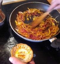 Remover la cebolla y el ajo.