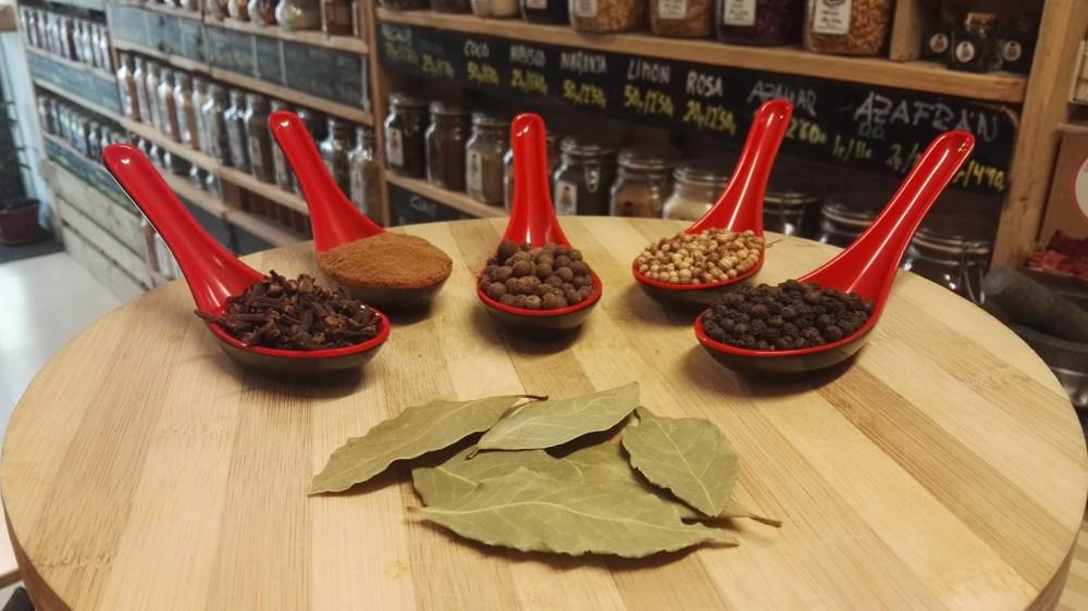 Especias para hacer RILLETTES DE CERDO:Pimienta,Pimienta de Jamaica,Cilantro semillas,Canela,Laurel y Clavo de olor.