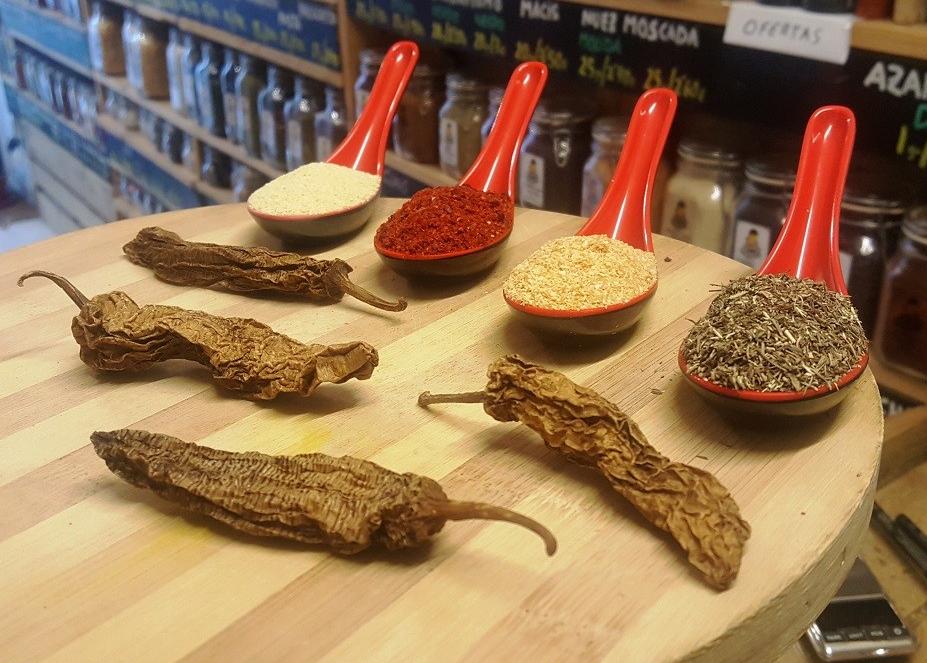 Especias para hacer Nuggets de pollo picantes: chipotle, aji argentino, ajo granulado, cebolla granulada y tomillo.