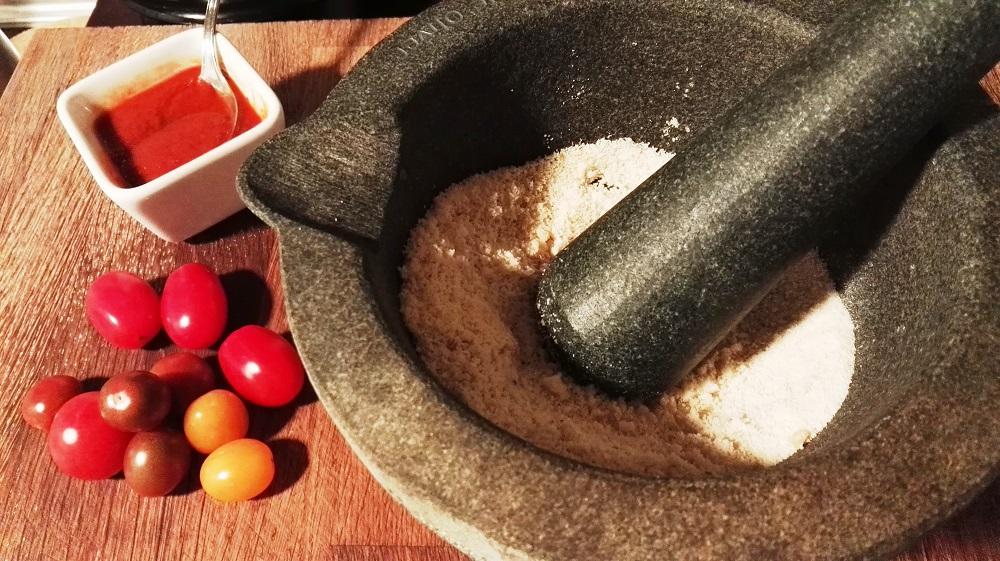 sally pepper-spices-tienda-especias-receta-bacalao-con-harissa-frutos secos-mortero